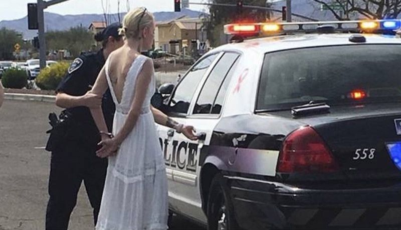 Novia es arrestada por chocar camino a su boda
