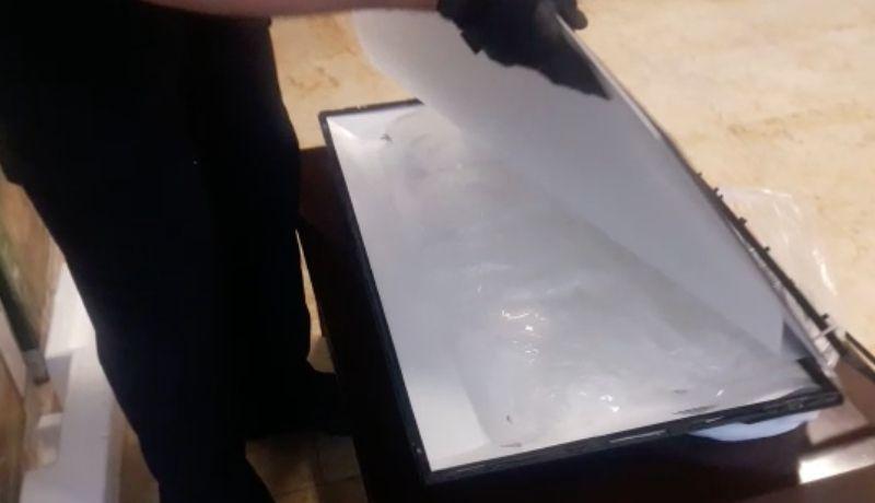 Localizan siete kilogramos de cristal ocultos en dos pantallas de TV