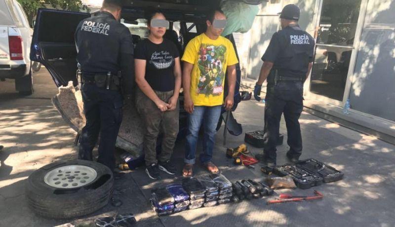 Detienen a dos personas por transportar metanfetamina y heroína