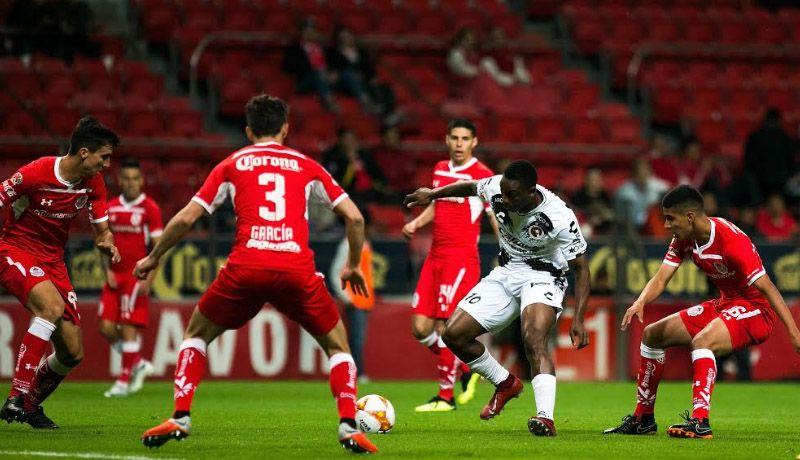 Fabián Castillo ante rivales de Toluca