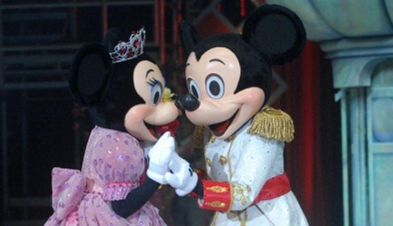 Cantan a 'Mickey Mouse' 'Las mañanitas' por su cumpleaños número 90