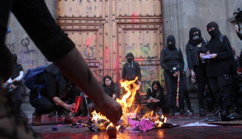 Resultado de imagen para Mujeres se enfrentan con policías; manifestantes exigen retiro de varones