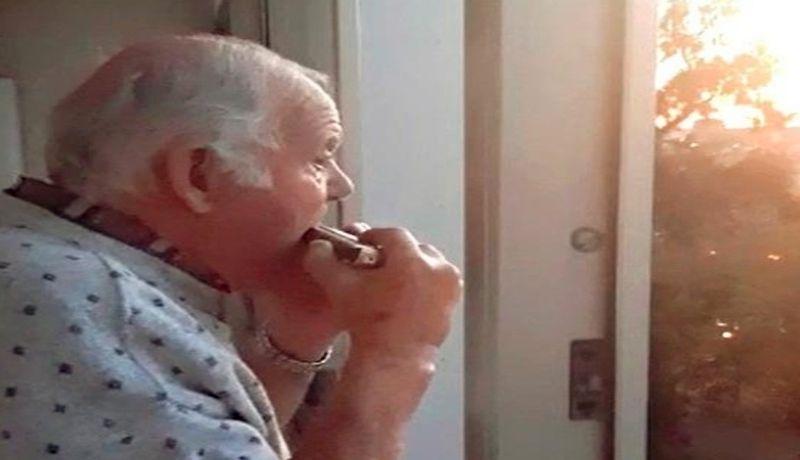 Resultado de imagen para El abuelito con alzhéimer que cree que los aplausos son para él